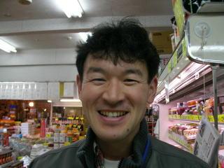 店長のナカムラです。いつもパワフルに動き回ってますので、声を掛けて止めてください。